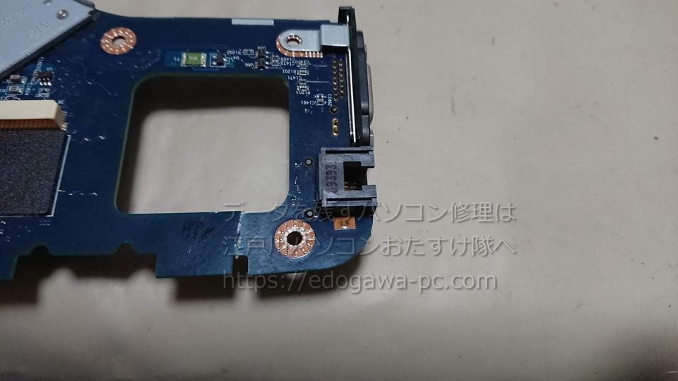 NEC PC-LL350VG マザーボードを取り外してみると、LANコネクタ付近に物理破損があります。強い衝撃によるものだと思われます。