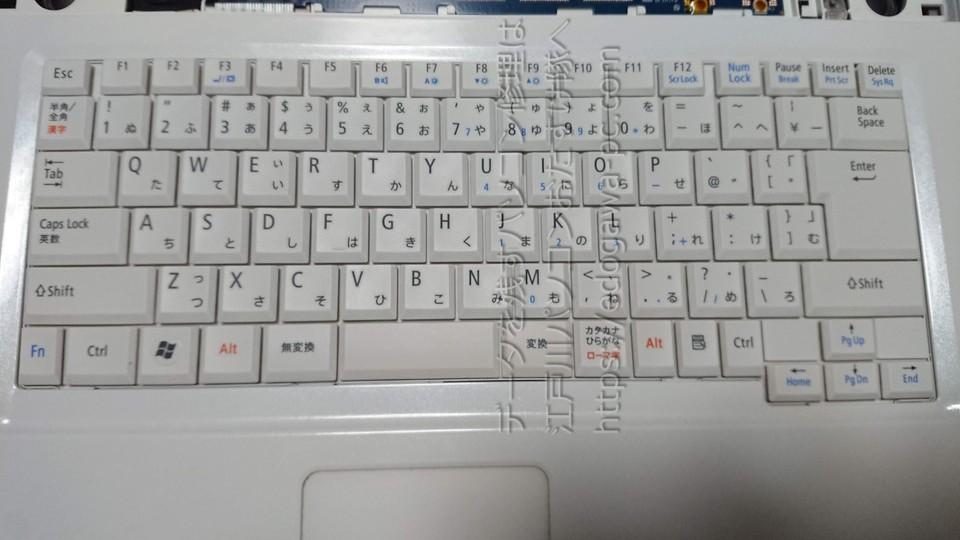 NEC PC-LL350VG スイッチのパネルを取り外したら、今度はキーボードを取り外していきます。キーボードとマザーボードの接続部分はフラットケーブルとデリケートなコネクタの為、コネクタの破損には十分気を付けます。コネクタを破損するとマザーボード交換が必要になってしまいます。