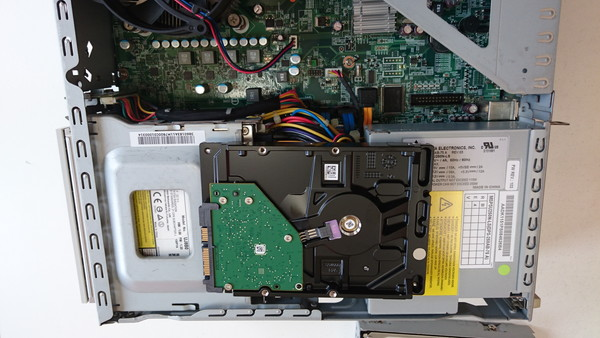 新しいハードディスクに交換し、バックアップデータから復旧を行いました